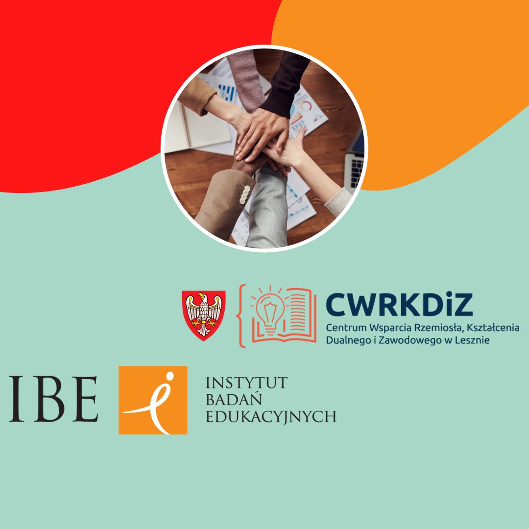 Na zdjęciu widnieje kilka dłoni położonych jedna na drugiej (w geście przyjaźni i wspólnego działania) oraz logo Centrum Wsparcia Rzemiosła, Kształcenia Dualnego i Zawodowego w Lesznie i logo Instytutu Badań Edukacyjnych.