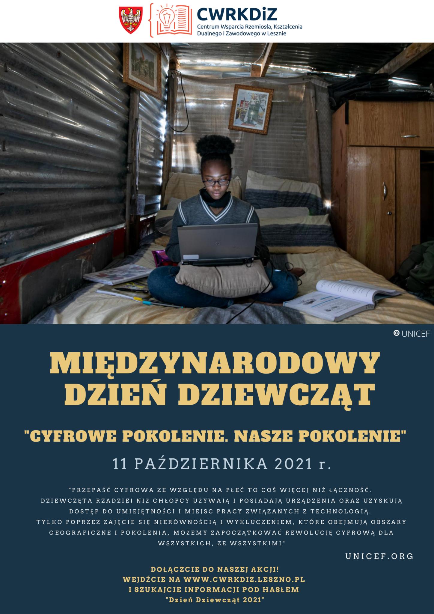 Na plakacie znajduje się logo CWRKDiZ w Lesznie oraz zdjęcie dziewczyny siedzącej przy komputerze w pomieszczeniu z blachy oraz krótka informacja o Międzynarodowym Dniu Dziewcząt.
